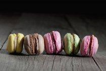 Rangée de cinq macarons différents — Photo de stock