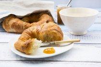Französisches Frühstück mit Croissant und Feigenmarmelade — Stockfoto