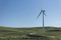 Espagne, Andalousie, Tarifa, Eolienne sur une colline d'herbe verte — Photo de stock