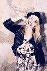 Ritratto di donna bionda scintillanti con dito in bocca — Foto stock