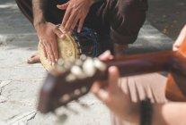Вуличні музиканти грають гітара і барабан — стокове фото