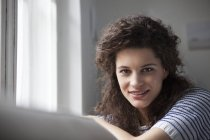 Портрет усміхненої молодої жінки. — стокове фото