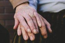 Крупным планом взятия за руки пожилой пары — стоковое фото