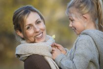 Happy mother and daughter with daisy outdoors — Stock Photo