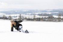Deutschland, Baden-Württemberg, Waldshut-Tiengen, verspielte Frau im Schnee — Stockfoto