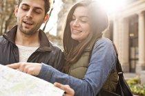 Пара-смотреть карта города — стоковое фото