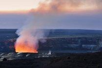EUA, Hawaii, ilha grande, Parque Nacional de vulcões, caldeira de Kilauea com erupção vulcânica de Halemaumau — Fotografia de Stock