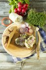 Maisello, ravanello rosso, anelli di cipolla e lardo pane guarnito con — Foto stock