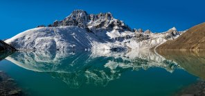 Nepal, Khumbu, Everest region, Pharilapche reflected in Gokyo lake — Stock Photo