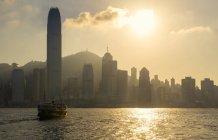 Skyline de Hong Kong de la mer au coucher du soleil, Chine — Photo de stock