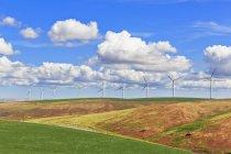 EUA, Idaho, Palouse, turbinas eólicas em campos de grãos — Fotografia de Stock