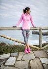 Spagna, Gijon, giovane donna sportiva sulla costa — Foto stock