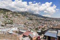 Ecuador, Quito tagsüber Stadtbild mit slum — Stockfoto