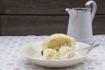 Дрожжевой кнедлик с ванильным соусом в миске — стоковое фото