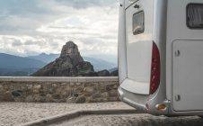 Griechenland, Thessalien, Blick auf Meteora mit Wohnmobil im Vordergrund — Stockfoto
