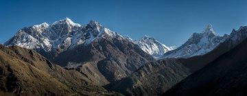 Nepal, Khumbu, Everest region, Namche Bazaar, Looking towards Khumjung, Everest, Lhotse and Ama Dablam — Stock Photo