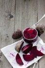 Beterraba fresca e em conserva em jar na madeira cinza — Fotografia de Stock