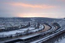 Allemagne, Wuerzburg, vignoble et trafic à grande rivière en hiver — Photo de stock