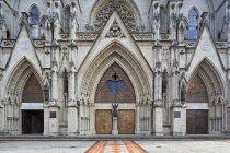 Базиліка Еквадору Кіто, Національна обітницю, вхід з статуя Папи Римського — стокове фото