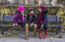 Children sitting on bench — Stock Photo