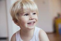 Портрет улыбающегося мальчика, смотрящего в сторону — стоковое фото