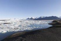 Исландия, Joekulsarlon, ледник озеро и голубое небо, на фоне — стоковое фото