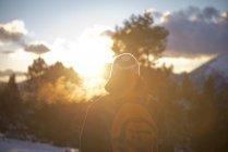 España, Parque Natural Cadi-Moixero, hombre en las montañas al atardecer - foto de stock