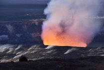 USA, Hawaii, Big Island, Volcanoes National Park, Kilauea caldera with volcanic eruption of Halemaumau — Stock Photo