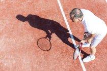 Тенісист і його тінь на тенісний корт — стокове фото