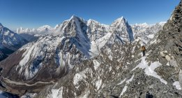 Nepal, Khumbu, Everest region, Mountaineers on Pokalde peak — Stock Photo