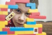 Хлопчик грає з будівельна щілинна таблиці — стокове фото