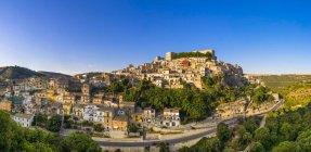 Італія, Сицилія, провінція Рагуза, Рагуза, подання до Ragusa Ibla, Валь-ді-Ното, переглянути будівель на пагорбі — стокове фото