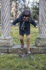 Menino se divertindo em um parque — Fotografia de Stock
