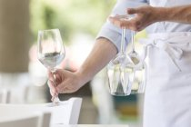 Serveur en restaurant, placer les verres à vin — Photo de stock