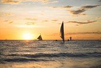 Philippinen Boracay, Sonnenuntergang mit Segelbooten — Stockfoto