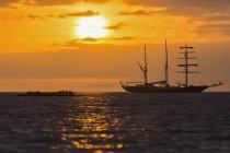 Oceano Pacifico, nave a vela alle Isole Galapagos al tramonto — Foto stock