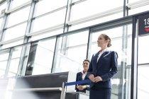 Два стюардеси на виїзд воріт аеропорт — стокове фото