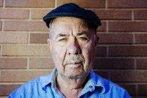 Portrait de vieillard grave portant béret — Photo de stock