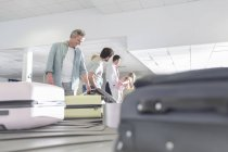 People at baggage claim at the airport area — Stock Photo