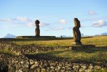 Isola di Pasqua, Hanga Roa, Viaggiatori e figurine di pietra Moai nel complesso cerimoniale Tahai, sito archeologico — Foto stock