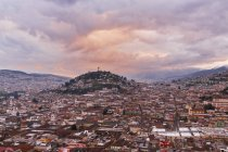 Ecuador, Quito Stadtbild mit El Panecillo bei Sonnenuntergang — Stockfoto