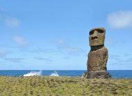 Чили, остров Пасхи, Ханга-Роа, моаи в церемониальный комплекс Tahai в дневное время — стоковое фото