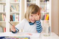 Pittura bambina con acquerelli e occhi coprenti — Foto stock