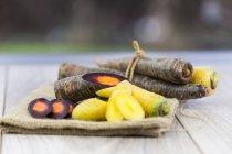 Органические Purple Haze и желтая морковь — стоковое фото