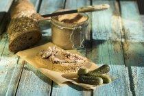Closeup de Leberwurst con pepinos conservados en vinagre en la mesa de madera - foto de stock
