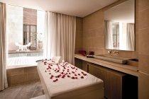 Marocco, Fes, Hotel Riad Fes, lettino per massaggi al centro benessere — Foto stock
