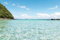 Філіппіни, Палаван, El Nido, зніміть бірюзові води, Синє небо та невеликий острів денний час — стокове фото