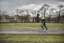 Espanha, Homem correndo no parque em tempo chuvoso — Fotografia de Stock