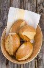 Korb mit Weizenbrötchen — Stockfoto