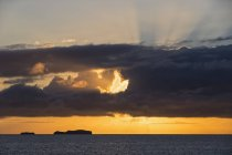 Océan Pacifique, les îles Galapagos au lever du soleil coloré — Photo de stock